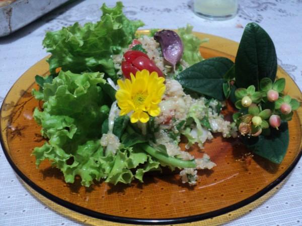 Salada quinoa e plancs sem glúten O Calêndula Bistrô
