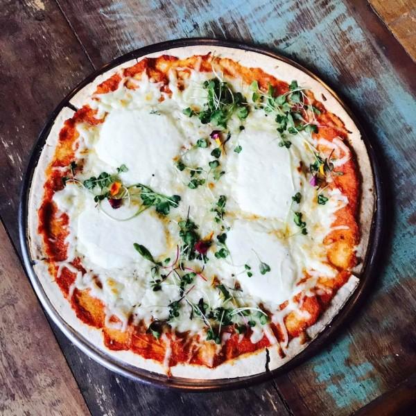 ÂME Pizza de 3 queijos: muçarela de búfala, cream cheese de ovelha e queijo pecorino sem glúten e lactose