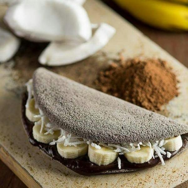 Tapioteca Tapioca versão com massa de chocolate, recheio de banana, chocolate 70%, coco ralado e semente de chia sem glúten