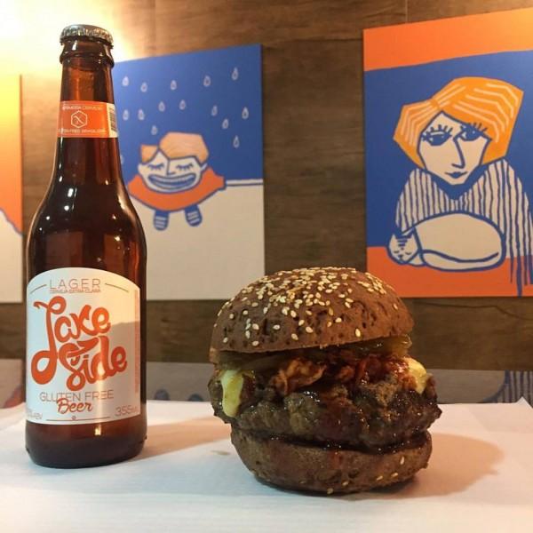Há Hamburgueria Gluten Free, hamburgueria sem glúten Hambúrguer acompanhado por cerveja sem glúten