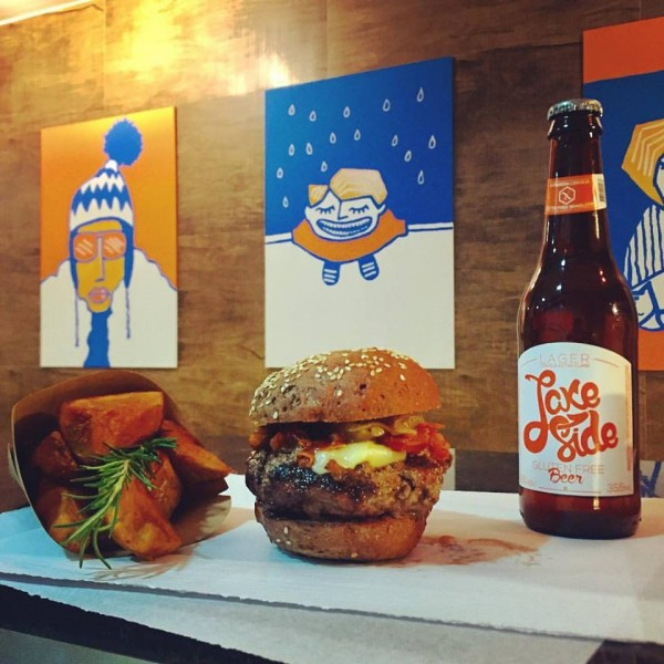 Há Hamburguer Gluten Free Hambúrguer com cerveja e porção de batata sem glúten