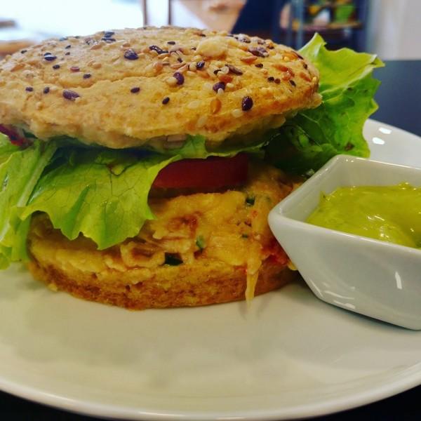 NCG - Zero Trigo: Lanche de frango no pão low carb de farinha de amêndoas sem glúten / lactose. Não contém glúten