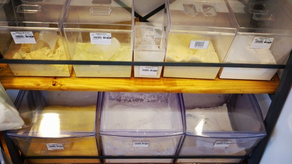 NCG - Zero Trigo: Farinha de ervilha, amêndoas, grão de bico, painço, linhaça dourada, chia, quinoa e outras farinhas sem glúten / lactose. Não contém glúten
