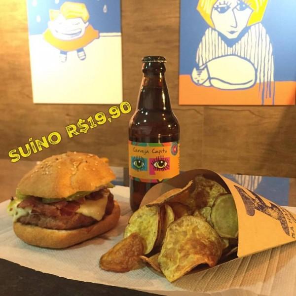 Há Hamburgueria Gluten Free, hamburgueria sem glúten Hambúrguer acompanhado por chips e com cerveja sem glúten