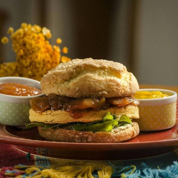 Nosso Canto Quitutes Artesanais, lanchonete sem glúten, Pão tradicional, hambúrguer de grão de bico, ricota de amêndoas, chutney de maçã e rúcula sem glúten e sem leite
