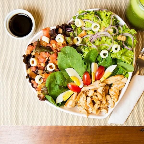 Salsa Garni, Salada verde orgânica com laranja e amêndoas, arroz integral, feijão carioca com cominho, frango recheado com linguiça Blumenau, mussarela de búfala e espinafre Orgânico sem glúten