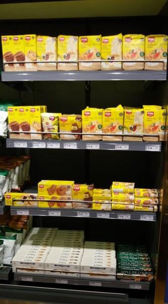 Produtos sem glúten no Duty Free do aeroporto Tom Jobim. prateleira com os produtos da schar sem glúten