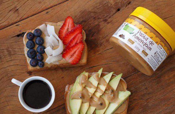 Artezanal Cafezinho preto e peanut butter toasts com pasta de amendoim cacau nibs sem glúten