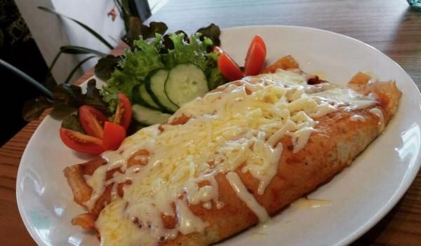 NCG.org - Café da Villa: panqueca de carne com salada sem glúten e lactose. Não contém glúten